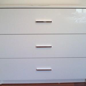 biała szafka w pokoju
