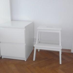 białe meble przy ścianie
