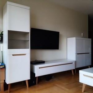 białe meble w pokoju