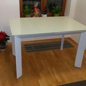 biały stolik w pokoju