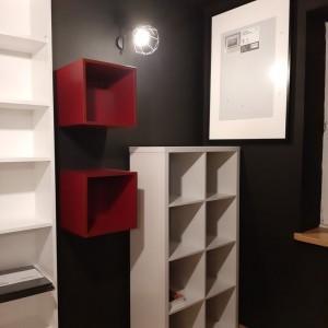 czerwona oraz białe półki