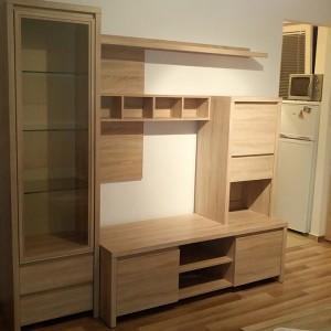 drewniane meble w pokoju