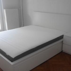 łóżko białe w pokoju