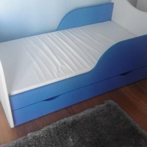 niebieskie łóżko dziecięce