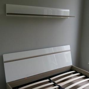 rozłożone białe łóżko