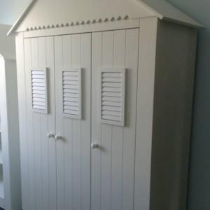 szafa w kształcie domu