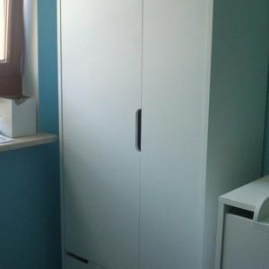 szafka w niebieskim pokoju